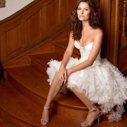 O vestido texturizado e volumoso, combinado com o tomara-que-caia, ficou delicado e romântico