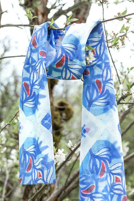 Foulard en voile de coton avec imprimé original Fleur Bleue, imprimé en série limité. Dimensions: 150 X 65 cm. Composition 100% coton (lavage à 30°C). Couture maison. Jai créée le motif à partir de lexpression être fleur bleue * *(adj.) Expression Française utilisée pour décrire une personne tendre et romantique qui porte avec grâce le foulard au motif Fleur Bleue. voir aussi: Référence au roman Les Fleurs Bleues de Raymond Queneau basé sur cet apologue chinois: «Tchouang-tseu rêve q...