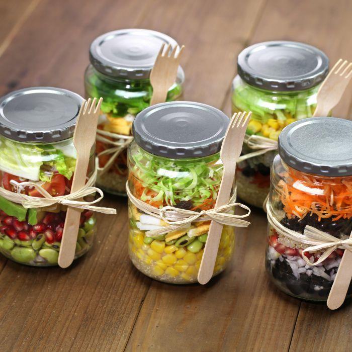 Één van de actuele hypes in de food-wereld, zijnsalades in een glazen pot.Dé oplossing voor een makkelijke, milieuvriendelijke, gezonde en toch heerlijke maaltijd voor onderweg. Wij geven je hier enkele how-to tips zodat je direct aan de slag kan.