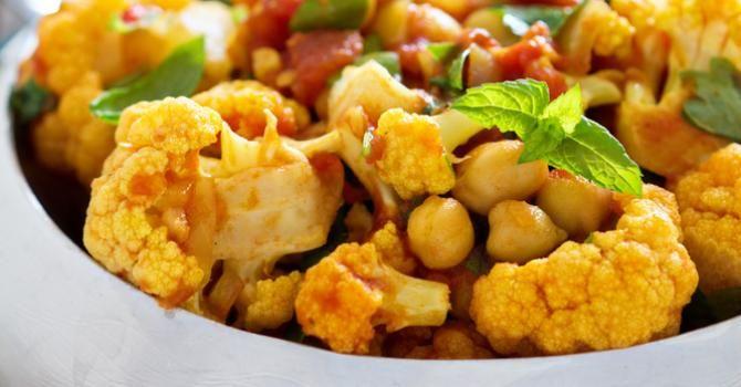 Recette de Curry de chou-fleur minceur à la tomate et aux pois chiches. Facile et rapide à réaliser, goûteuse et diététique.