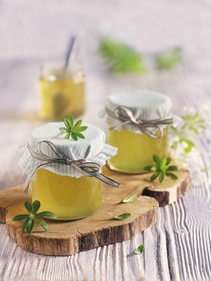 Traubensaft und Sekt bilden die Basis für das feine Gelee mit Waldmeister!