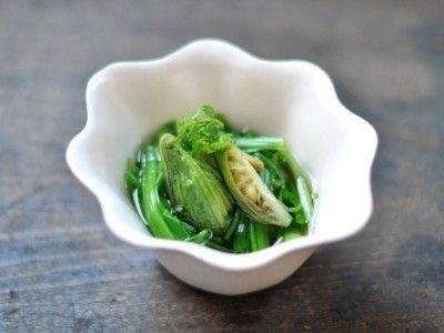 ふきのとうと春野菜のおひたし  ◆ふきのとうの苦みを活かして、おひたしを作ります。苦みを抜くのに時間はかかりますが、春を感じることのできるおひたしのレシピです。  ©AllAbout ©白ごはん.com
