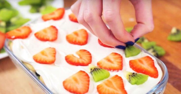 Сливки, сахарная пудра, печенье и клубника с киви… Клубничный торт без выпечки готов!