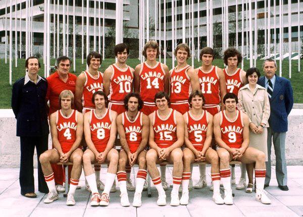 L'équipe masculine de basketball du Canada pose pour la photo d'équipe aux Jeux olympiques de Montréal de 1976. (Photo PC/AOC)