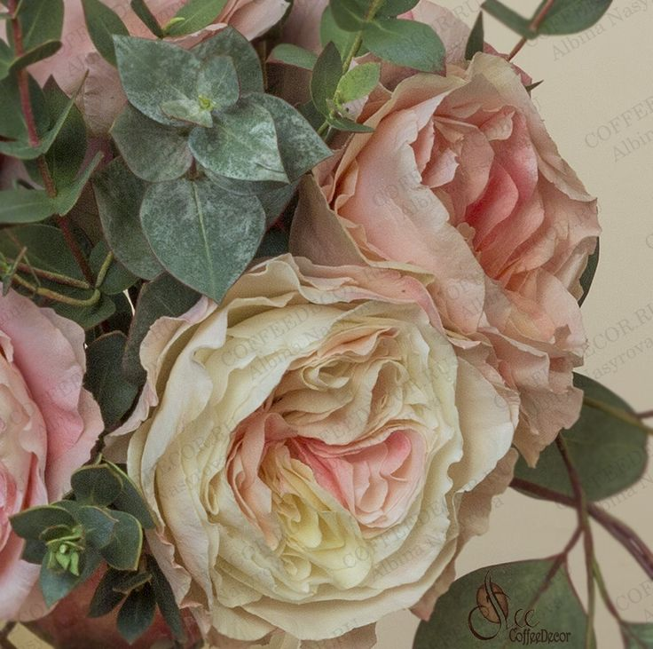 Композиция с розами Дэвида Остина (пионовидные розы или остинки) и эвкалиптом Пополус (Populus), Парвифолия (Parvofolia) и Цинерея (Cinerea) из фоамирана