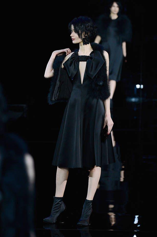 Milano Moda Donna AI 2015/2016: la sfilata di Emporio Armani   Abito nero con gilet in pelliccia   Foto