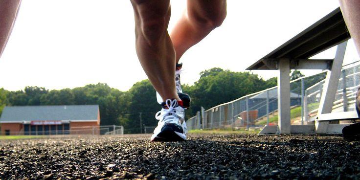 Voordat je gaat hardlopen, is het van belang je lichaam voor te bereiden op de inspanning die het gaat leveren. Hiermee warm je de spieren op, wat hardlopen makkelijker maakt en de kans op blessures verkleint.