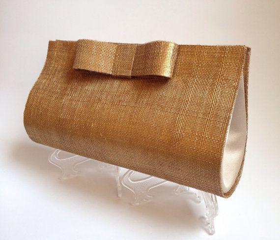 El BOLSO FIESTA ORO está confeccionado a mano con la técnica de  cartonage , en cartón contracolado, sinamay y raso para el interior Incluye cadena para colgar