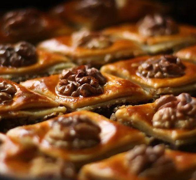 Вкусные сладости можно приготовить без сахара. Предлагаем здоровый рецепт пахлавы из цельнозерновой муки с сухофруктами