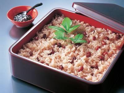 お赤飯は慶事に欠かせないアイテム。両家顔合わせや結納のときのおもたせをまとめました♪