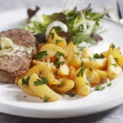 Pom' a part: Geschilde partjes gesneden uit de beste en mooiste aardappelen.Bekijk ook het #recept met verse kruiden en biefstuk #aardappel #Aviko #Foodservice