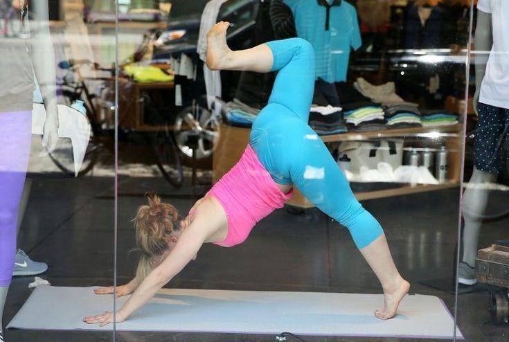 Un tutorial molto, molto particolare: linsegnante che mostra come raggiungere il benessere psicofisico attraverso i movimenti dello yoga lo fa dalla vetrina