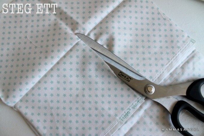 Jag tänkte att det vore roligt att ge er lite instruktioner för att sy ett eget lapptäcke! Du behöver: Symaskin, nålar, tråd, tyg i de mönster du önskar och du mäter själv storleken hur stora rutor du vill göra. Överkast till spjälsängen har jag 8 rutor i längd, och 9 rader. Börja med att klippa u