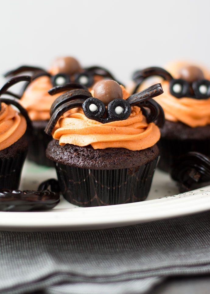 Op dedag voor Halloween deel ik een ander leuk cupcake decoratie ideetje dat je zonder veel moeite gemaakt hebt. Dus als je de mummy's te veel werk vond, dan zullen deze spinnen cupcakes jou meer liggen en het wow-effect is denk ik gelijk. Ik heb nu alle drie de cupcake ideeën met jullie gedeeld en...Lees Meer »