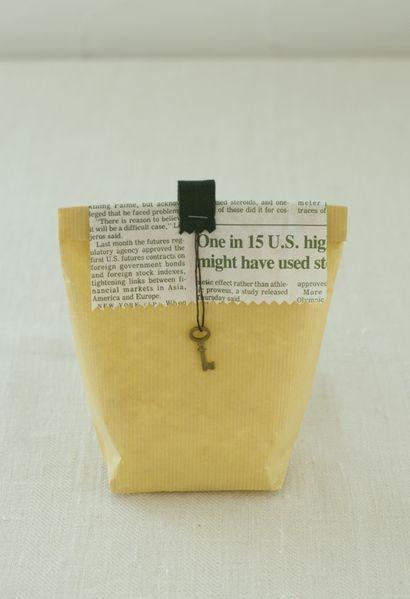 無地の袋には、柄物のラッピングペーパーをふたのようにかぶせ、綿テープを持ち手風に添えました。/雑貨屋さんみたいな おしゃれラッピングレシピ(「はんど&はあと」2012年2月号)