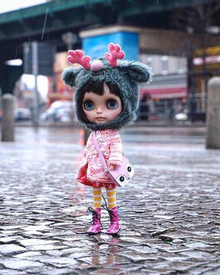 Good morning rainy Berlin.. #miema #goodmorningberlin #rainyday #blythe #doll #blythedoll #girl #takara #takaratomy #sony #morning #winter #goodmorning #lovely #reindeer #handmade #berlin #street #schönhauserallee