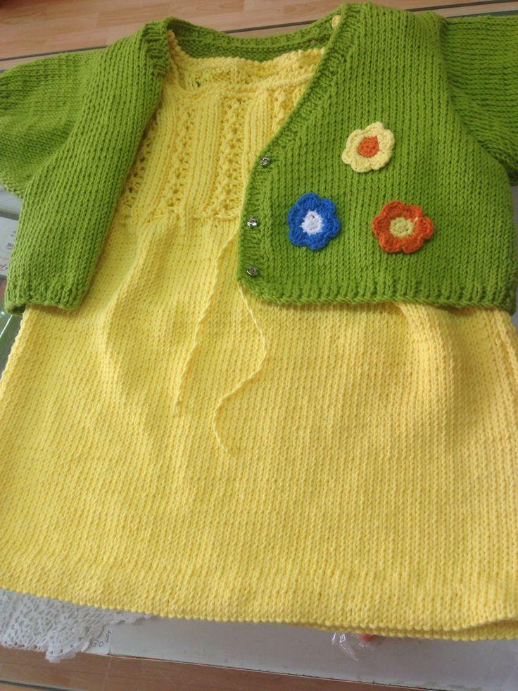 Vestido amarillo con chaqueta color kiwi, tejidos con algodón 100%