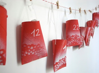calendari advent fet amb rollos paper de vàter pintats de vermell