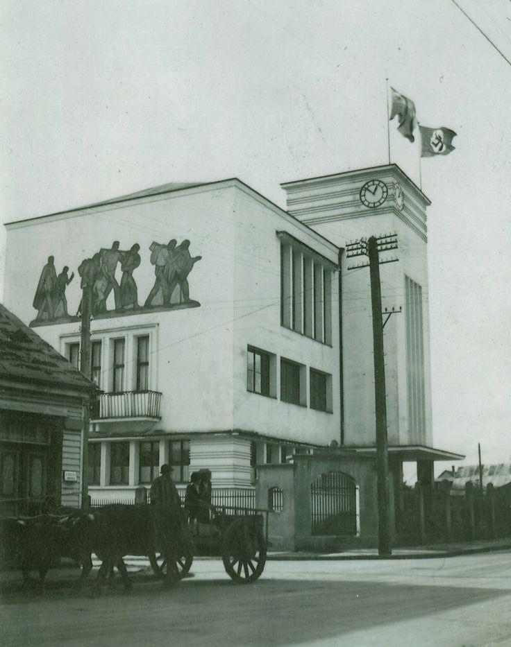 Foto del Colegio Alemán de Osorno, con la swástica ondeando al tope, en la época de la Segunda Guerra Mundial.