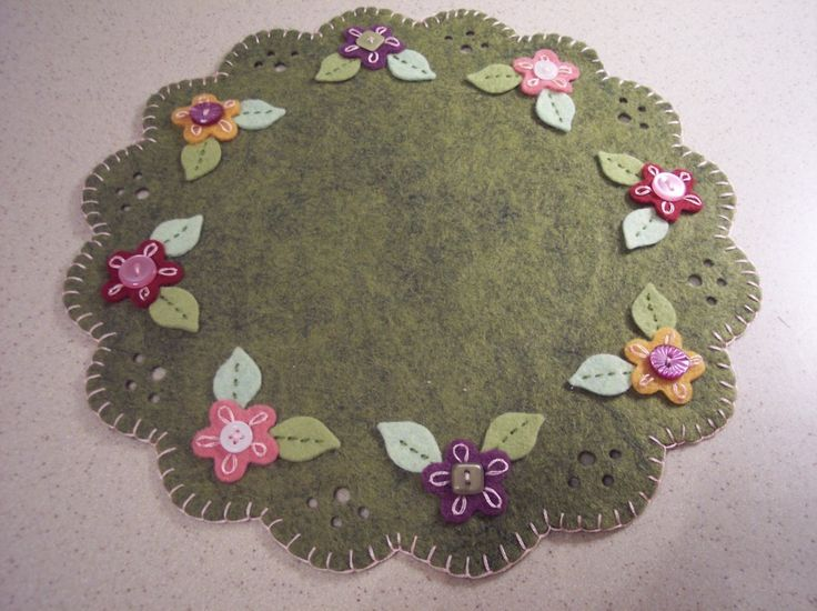 Pretty felt penny rug with flowers and buttons.  Cardcharm.net