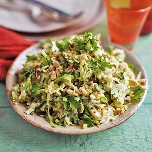 Crunchy salad with onion, white cabbage, zucchini, pickles and red pepper. Dressing with mustard and yoghurt. Finish with a little hand of peanuts. I know it doesn't sound great but it tastes fantastic!