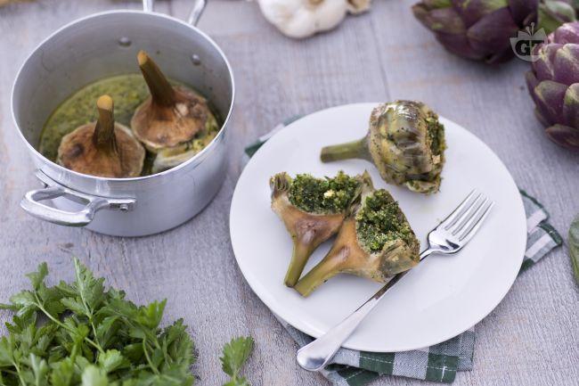 I carciofi alla romana sono un tipico contorno della tradizione romana, con un ripieo a base di pangrattato e un trito delle spezie più aromatiche.