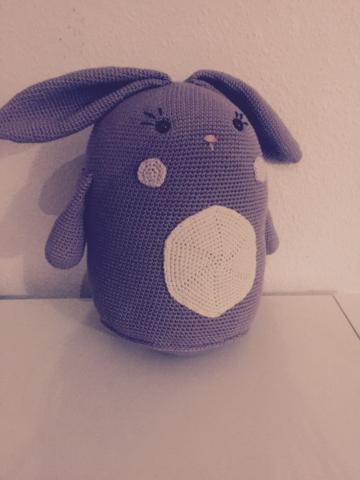 Stor kanin med spilledåse i maven, raslen i armene og knitrepapir i ørene, med opskrift fra bogen Hæklerier til børneværelset