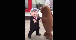 Una botarga del dos veces candidato a la Presidencia de la República, Andrés Manuel López Obrador, se enfrentó a un duelo de baile contra una botarga del oso de la marca de colchones Spring Air. Al más puro estilo de The Revenant, el enfrentamiento provocó una profunda rivalidad; en el clip se aprecia cómohasta el […]