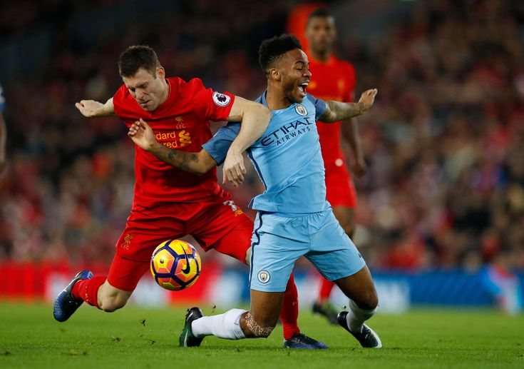 Liverpool James Milner v akcii s Manchestru City Raheem Sterling