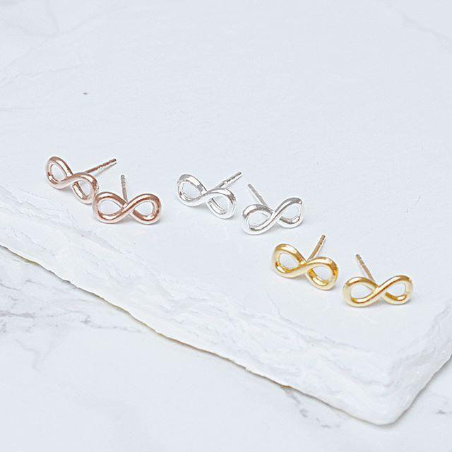 Kolczyki ze znakiem infinity. Cena:69zł. Kup na: https://laoni.pl/kolczyki-znak-nieskonczonosci-rozowe-zloto #infinity #kolczyki #sztyfty #złote #srebrne