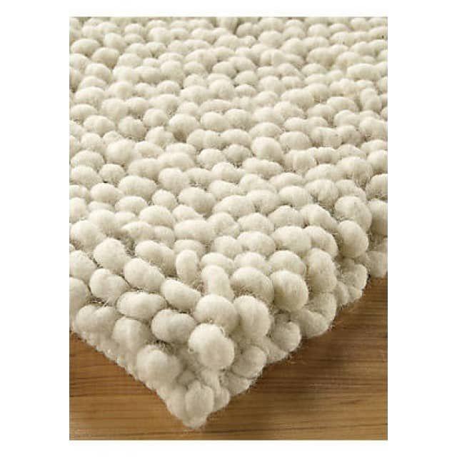 Fingerdickes, gewalktes Schurwollgarn vom Rhönschaf liegt in großen Schlingen dicht an dicht. Sie federn jeden Schritt ab und bieten eine gemütliche Sitz- und Liegefläche. Einzigartig in der Webart, dabei ganz und gar natürlich.  Sortenreine Schurwolle vom Rhönschaf  Ungefärbt in natürlichen Wollfarben  Gewebt in Handarbeit  Mit hochflorigen Schlingen  Höhe ca. 3,0 cm  Fleck- und Wasserabweisend  Robust und langlebig  Fußbodenheizung geeignet  Sondermaße bis 3 Meter Breite auf Anfrage…
