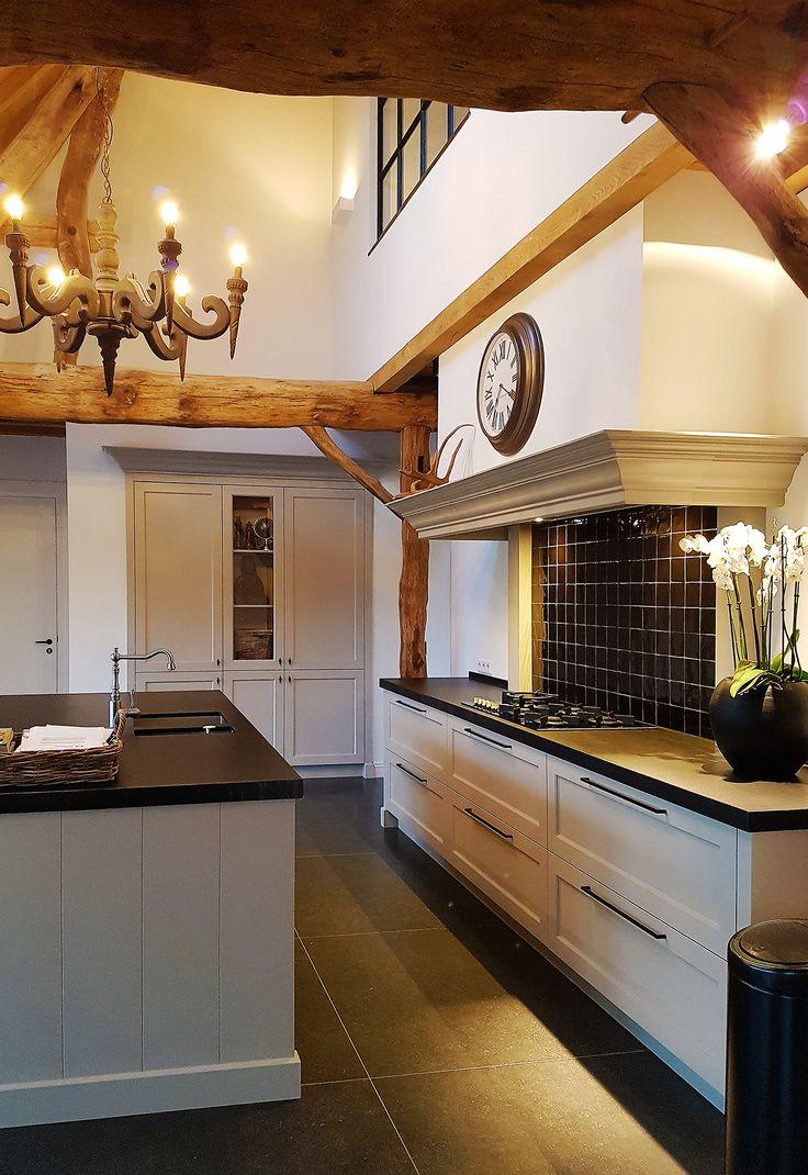 brabantse langgevel boerderij | Een rustiek interieur met hedendaagse toetsen in een traditionele woonboerderij. Veel van de oorspronkelijke kenmerken, zoals de eiken houten spanten en plafonds zijn behouden en vormen een warme mix tussen het moderne en het klassieke.