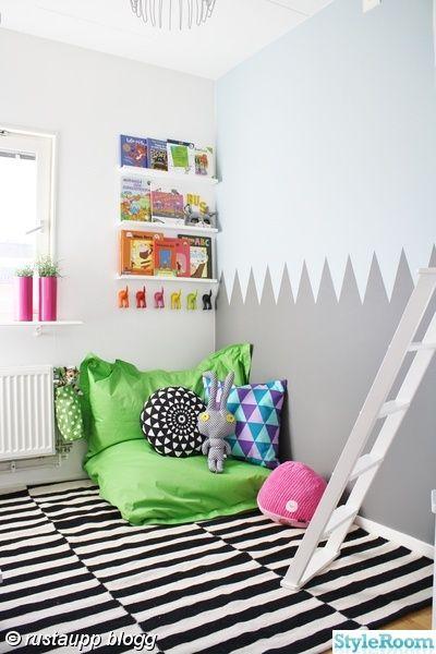 matta,kontor,skrivbord,strinhylla,arbetsplats,lekrum,barnrun,grafiskvägg,väggmålning grafisk,grafiskt,väggmålning,borg,lekborg,klätterborg,slott,koja,tv hörna,tvspelsrum,lego,leksaker,förvaring,stockholmrand,unisex,pojkrum,flickrum,läshörna,tavellsiter,turkost,grönt,orange,vitt,svart,randigt,färglatt,lekfullt,modernt barnrum,grått,Tidlöst,annat