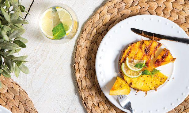 Eleve o sabor do abacaxi caramelizando-o numa grelha. Simples e delicioso este abacaxi grelhado com lima vai ser um sucesso.