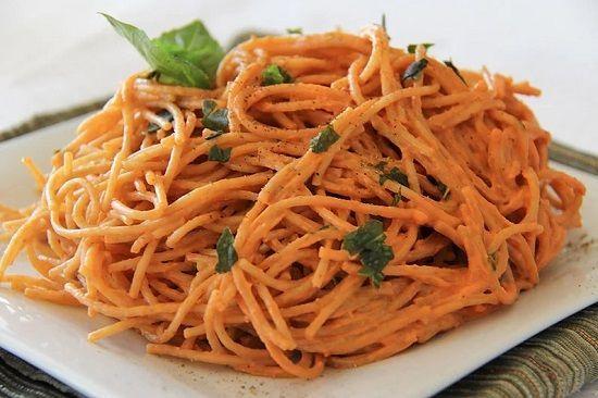Paste italienești vegane cu sos de roșii busuioc și smântână de caju     Ingrediente:   Sosul de roșii:  3 căței de usturoi  400 ml pastă de roșii sau 500ml bulion  o căniță mică de frunze proaspete de busuioc tăiate (10 frunze aprox)  3 linguri ulei de măsline extra  piper  sare  ulei    Smântâna vegetală din caju (raw):  50g nuci caju care se lasă la hidratat minim 2 ore  3 liguri zeamă de lămâie  1 cănită de apă  sare ce se adaugă la final după gust    Paste:  500/600g paste (de orez…
