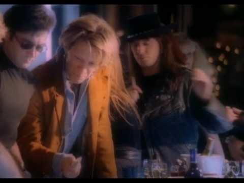 Bon Jovi - Bed Of Roses. Este hombre me encantaba y me seguirá encantando por siempre :)