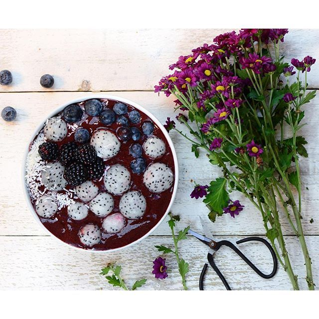 Wednesday calls for blueberries. Blueberries smoothie bowl topped with dragon fruit balls, a sprinkle of freeze dried blueberries and edible flowers   Have a great Wednesday everyone