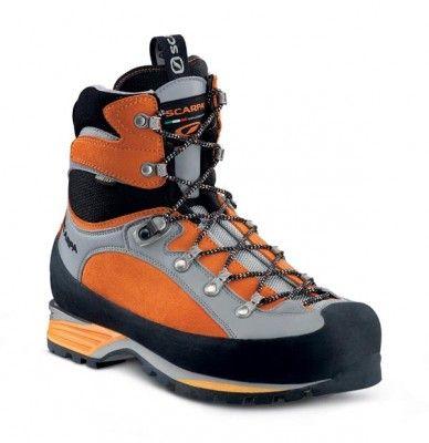 Botas de montañismo confortables y a prueba de agua, para aventuras alpinas de tres estaciones. Camina con comodidad el largo sendero de acercamiento y con confianza esas laderas entre rocas hasta la misma cumbre cubierta de hielo.