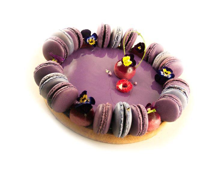 Tarte Macarons framboise Vanille : pâte sucrée vanille, crémeux framboise, ganache montée vanille, mousse framboise, macarons, confit de framboise, glaçage miroir violet