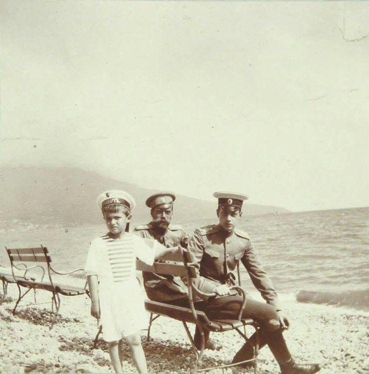 Цесаревич Алексей, император Николай II и великий князь Дмитрий Павлович на берегу моря в Ливадии. 1909 г.