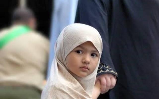 Kisah Muslimah Cilik yang Menginspirasi  Gadis itu bernama Wafa. Wafa adalah seorang gadis kecil berusia sekitar 9 tahun. Saat ini dia bersekolah di Albany Rise Primary School Melbourne Australia. Seperti anak-anak seusianya Wafa juga masih didominasi sifat kekanak-kanakan. Namun di balik itu semua ada yang istimewa pada gadis kecil ini. Dia satu-satunya murid di sekolahnya yang mengenakan jilbab. Padahal Wafa bersekolah di public school bukan di sekolah Islami. Tak ada paksaan dari orang…