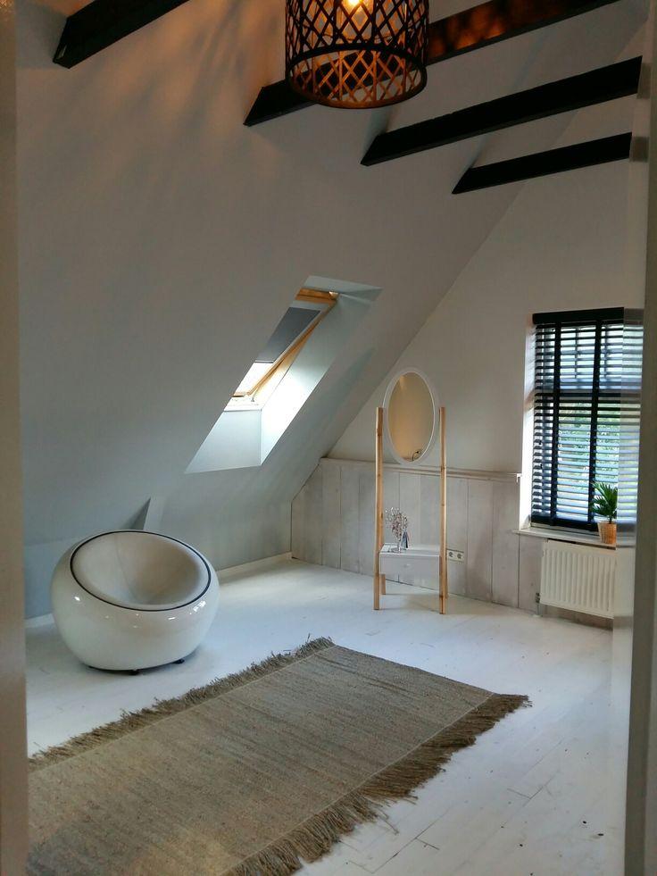 Slaapkamer renovatie met oude sloopvloer (ceta bever vloerlak) en wanden met lambrisering van steigerplanken (white wash) spiegel kwamtim