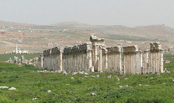 Apameia foi uma antiga cidade fundada pelo rei Nicator, em 300 a.C. A vasta cidade, fundada nas margens do rio Orontes, tinha quase meio milhão de habitantes no seu ague. Ela se tornou parte do império romano em 64 a.C. Um terremoto destruiu a metrópole em 115 d.C, e conquistadores estrangeiros saquearam local. Depois, Apameia foi reconstruída no século 7.(foto: Bernard Gagnon)