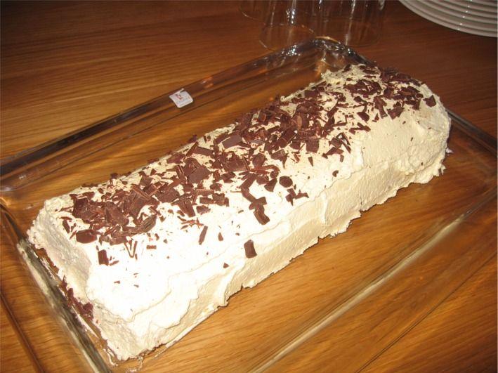 Dette er en rullekake med nøttebunn, krem, sjokolade, banan og bringebærsyltetøy. Vi kaller den gjerne banan kake. Jeg bruker og lage 1 1/2 oppskrift til en vanlig langpanne som hører til ovnen.