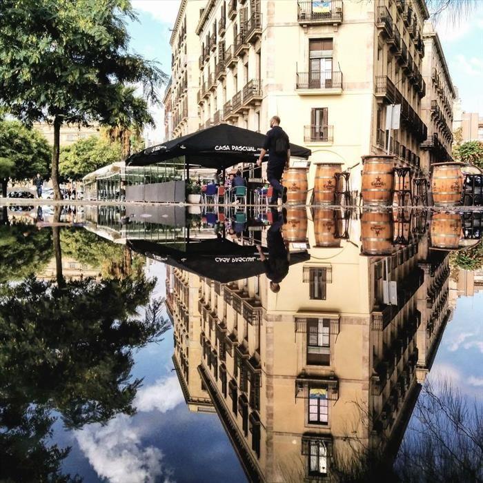 Reflejos de lluvia Barcelona-Espanha (tudo por email)                                                                                                                                                                                 Mais