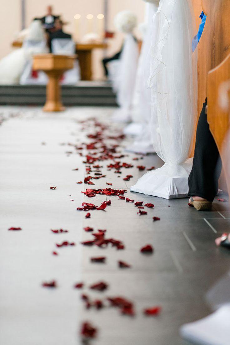 Dekoration für die Kirche und der Kirchenbank mit Rosenblätter. Foto: http://weddings.lauramoellemann.de