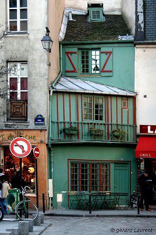 La rue Galande  - 5e arrondissement - Paris . C'est la que se tenait en juin 1968 le siège d'Action