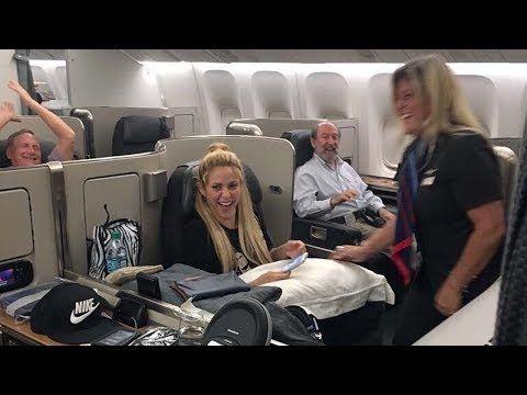 Completo: Azafata Baila Waka Waka a Shakira y Piqué en su Vuelo Hacia Argentina - VER VÍDEO -> http://quehubocolombia.com/completo-azafata-baila-waka-waka-a-shakira-y-pique-en-su-vuelo-hacia-argentina    Video 2 donde una azafata sorprende a Shakira bailando waka waka en el avión que la llevó junto a Gerard Piqué a la boda de Leonel Messi en Rosario, Argentina. Créditos de vídeo a Popular on YouTube – Colombia YouTube channel