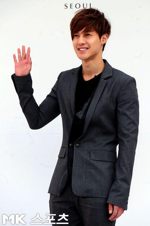 Kim Hyun Joong melts hearts with considerate gesture towards a fan #allkpop #kpop