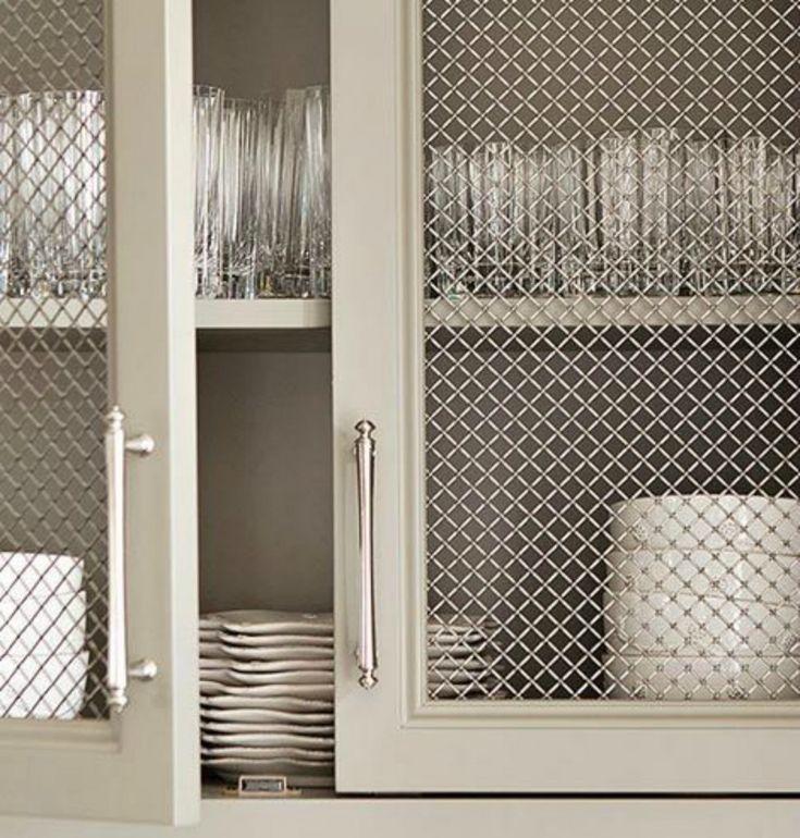 Malla de acero inoxidable en mueble de cocina.